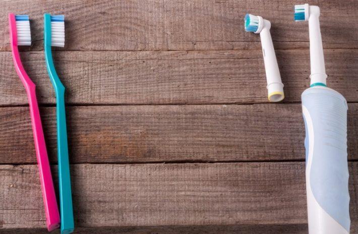 Sunde hvide tænder med den rigtige type tandbørste